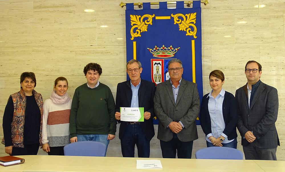 0El Alcalde Desiderio Martínez junto a los representantes de Asprona y los responsables del concierto benéfico