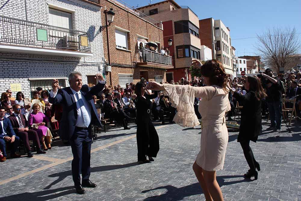 Jota Pujada, alcalde y concejalas bailando