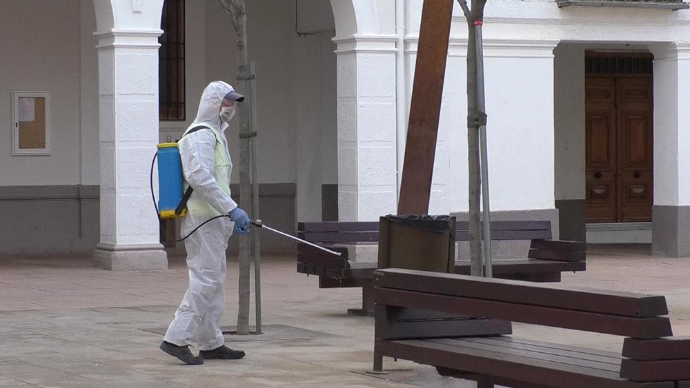 Desinfección de mobiliario urbano en Manzanares (1)