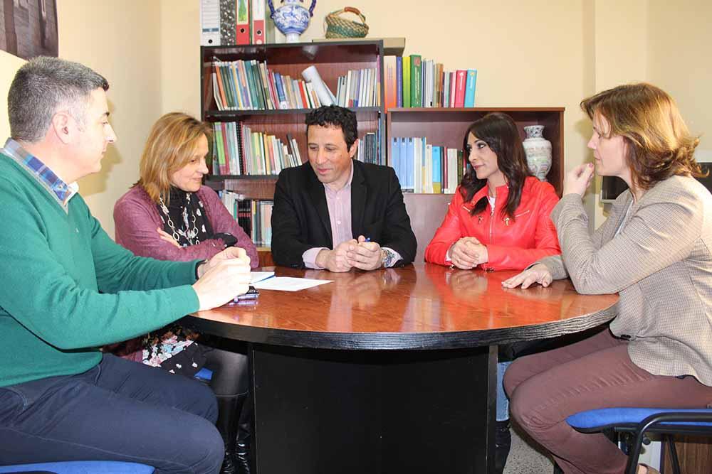 Francisco Armenta y personal de servicios sociales de Atención Primaria de Corral de Almaguer