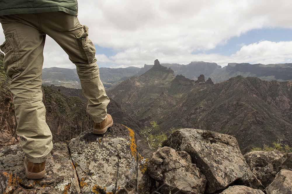 Turista mirando el Roque Bentayga, Gran Canaria