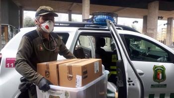 agente medioambientales repartiendo medicamentos