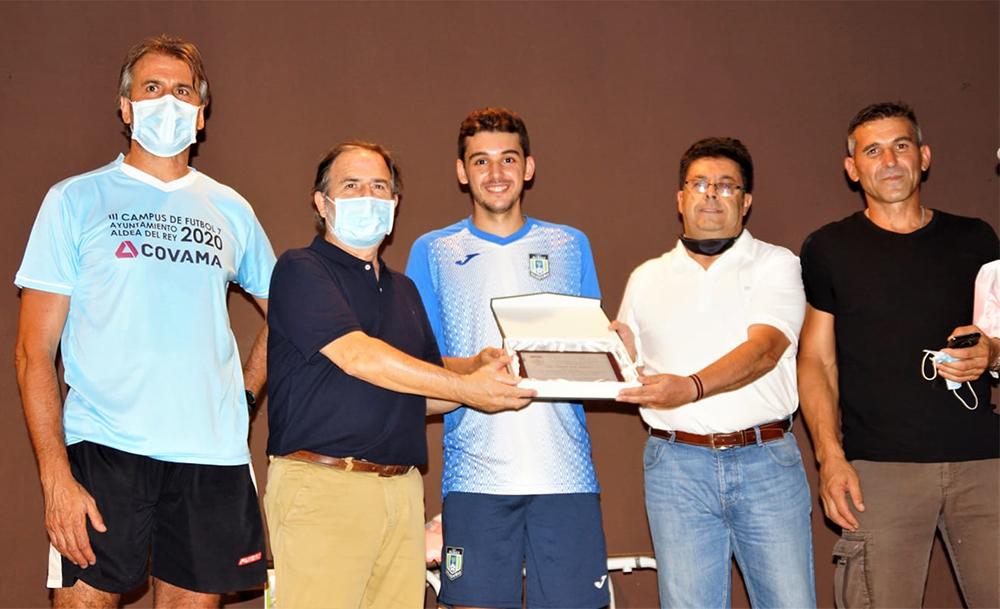 Autoridades entregando placa conmemorativa en reconocimiento a la trayectoria y al mérito deportivo de Juanan