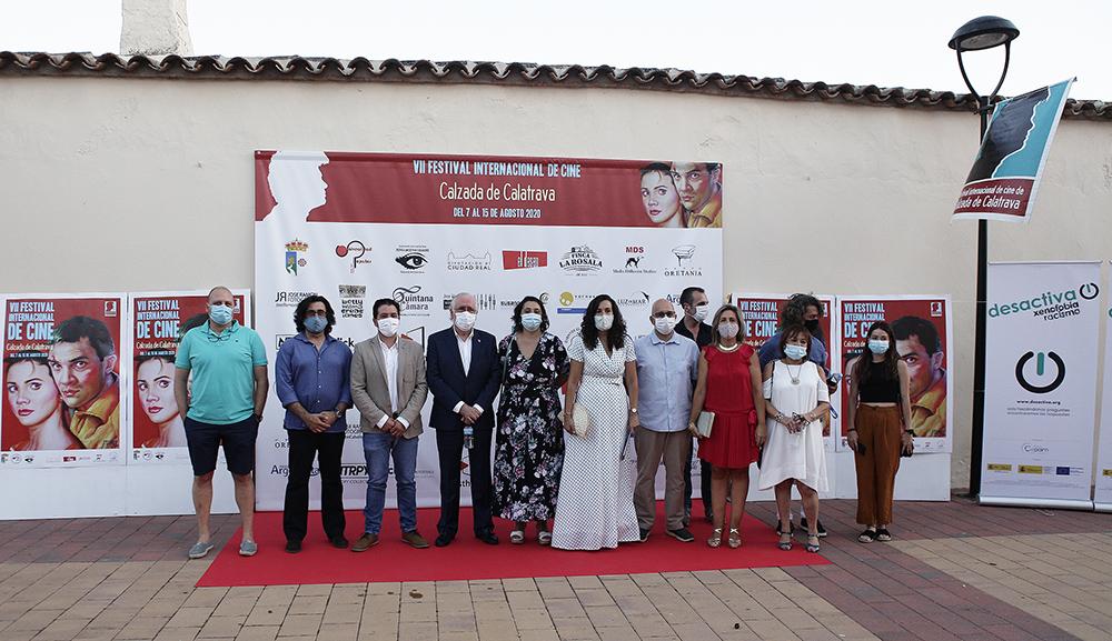 Autoridades y organizadores posando para la prensa en el photocall del VII Festival Internacional de Cine de Calzada de Calatrava