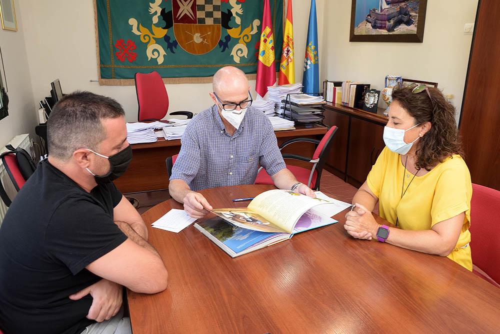 Donacion_libro escrito en guarani01_AdeAlba