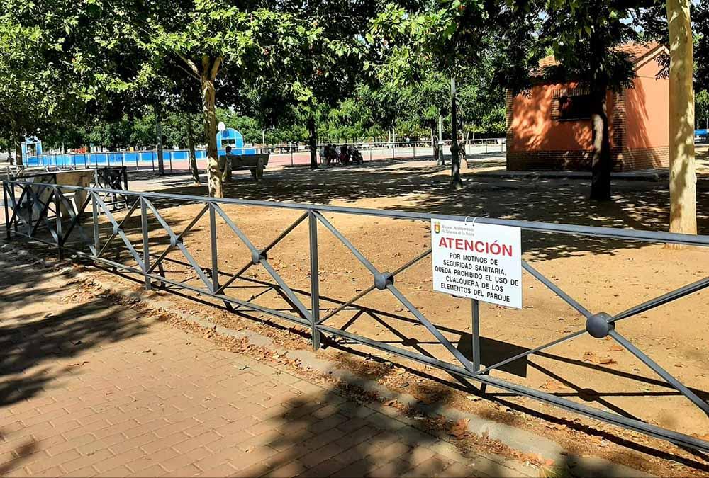 foto carteles parques infantiles cerrados