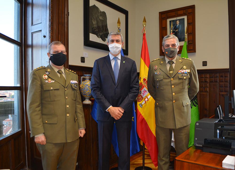 Álvaro Gutiérrez con el delegado entrante y saliente 23102020