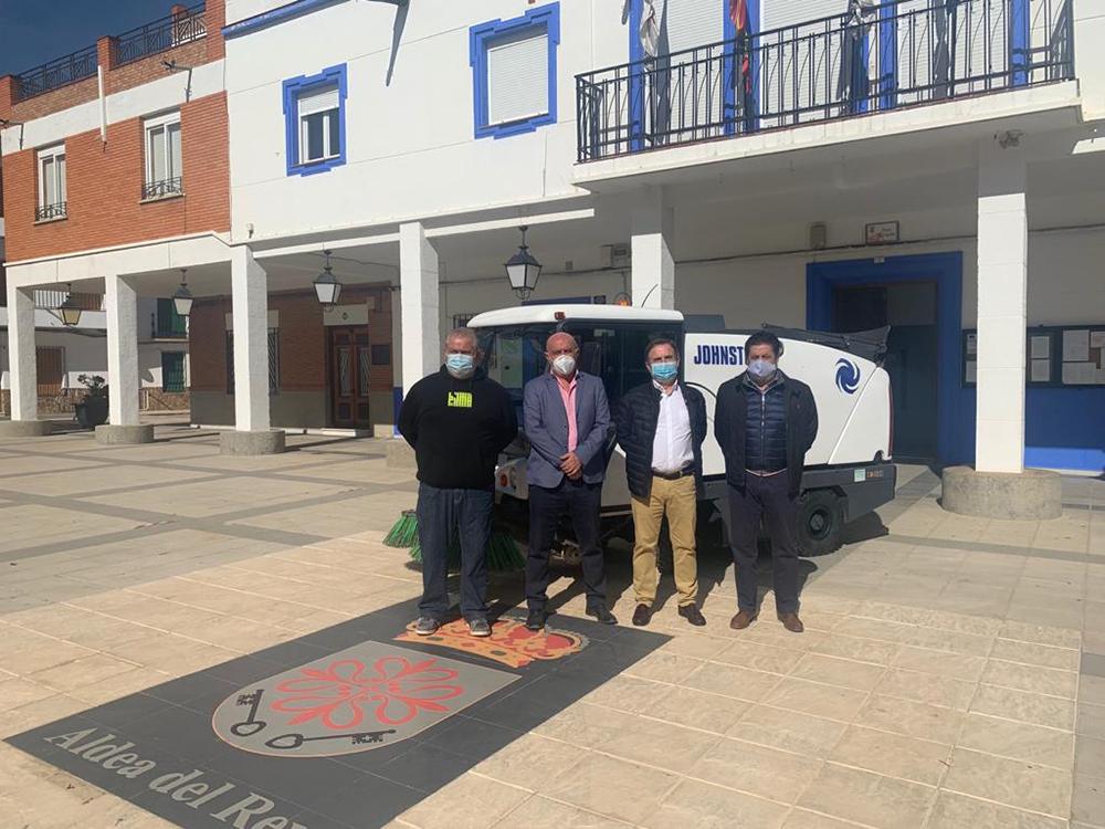 Autoridades posando junto a la recién adquirida barredora delante del Ayuntamiento de Aldea del Rey
