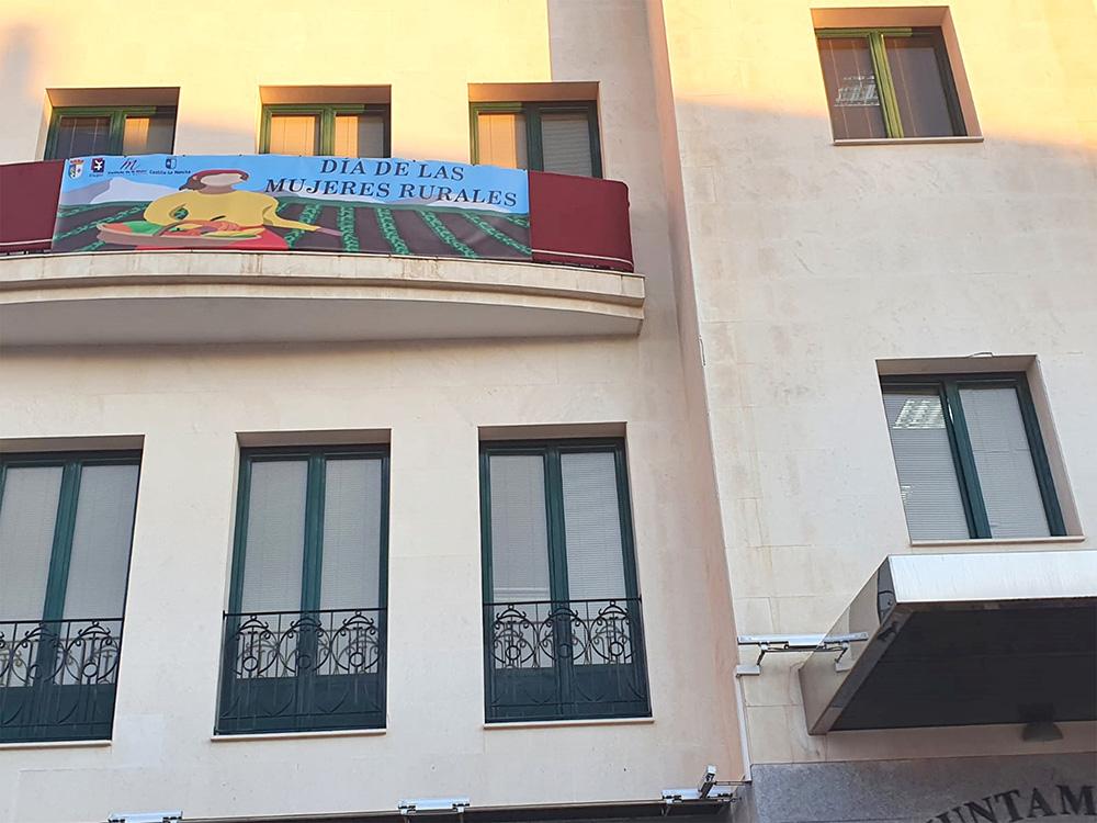 detalle del balcón de la fachada del Ayuntamiento de Calzada de Calatrava