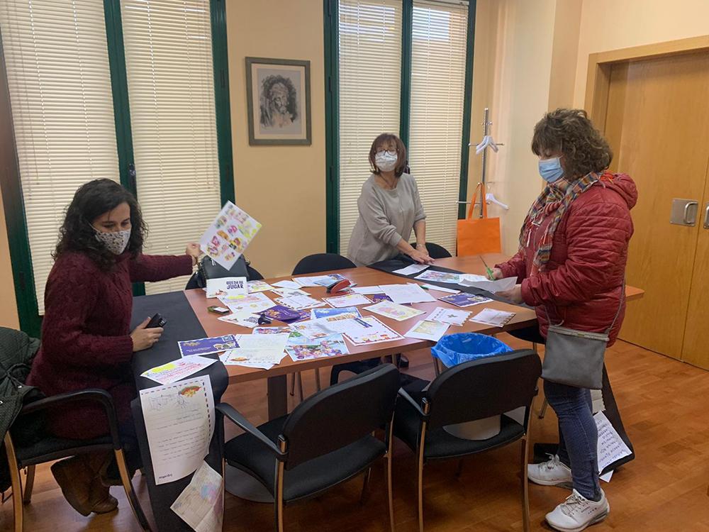 Gema García Ríos junto a miembros del Equipo de Gobierno de Calzada de Calatrava trabajando en la decoración de Reyes