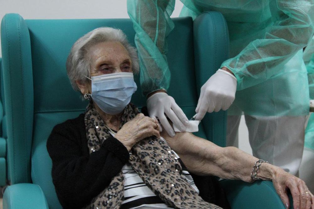 Residente vacunandose