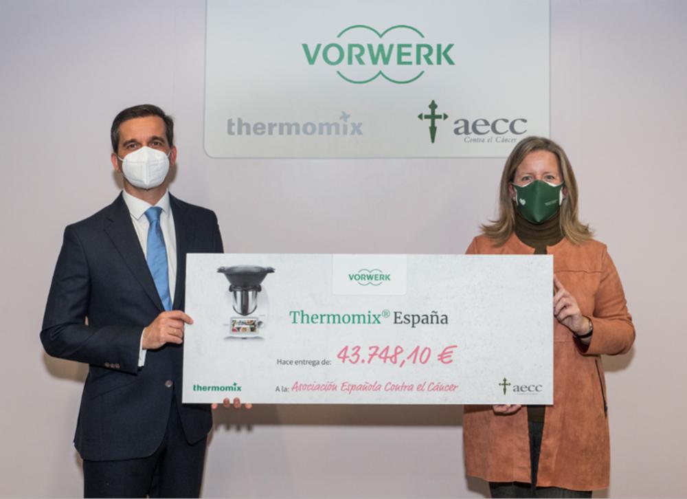 Alberto Arranz e Isabel Martínez-Noriega en la entrega del cheque