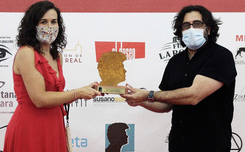 La alcaldesa de Calzada de Calatrava, Gema García Ríos junto a José Antonio Valencia mostrando el emblema del Festival