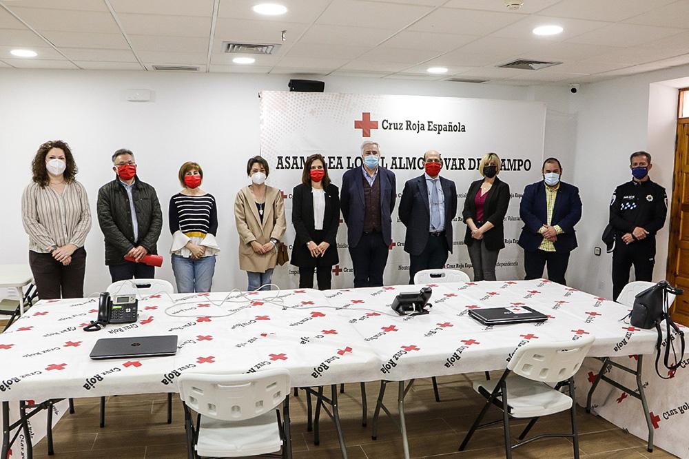 Posado de autoridades y miembros de Cruz Roja al término del acto