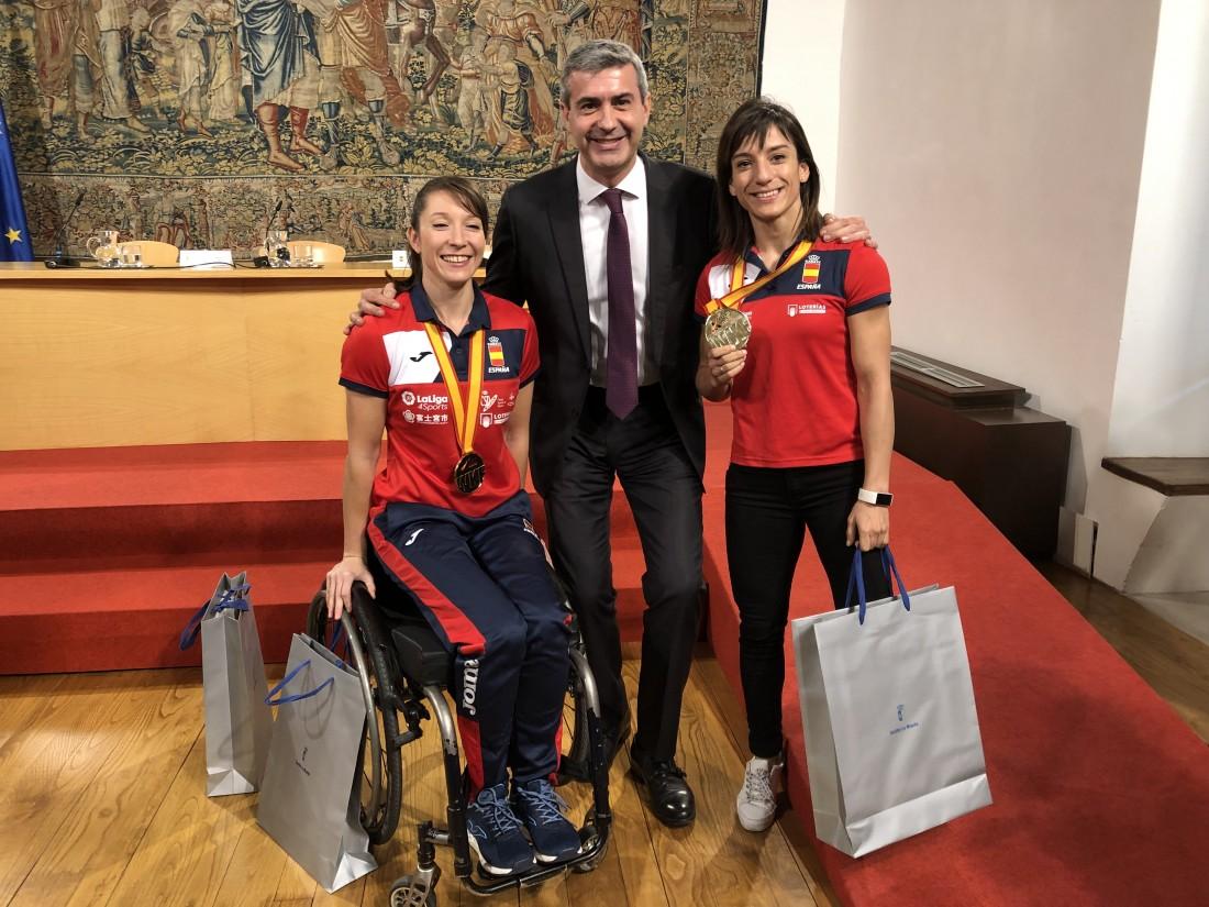 Álvaro Gutiérrez con Sandrá Sánchez e Isabel Fernández (archivo)